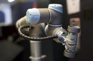 Nakládaní obrobku do CNC obráběcího soustruhu z gravitačního zásobníku a ovládání soustruhu a jeho dveří provádí robot UR5