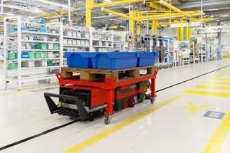 Linde Material Handling představuje automatizovaný přepravní vozík pro výrobní logistiku