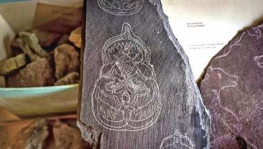 """Přípravná """"skica"""" na břidlici pro falešnou nástěnnou malbu, údajně """"objevenou"""" Jamesem Mellaartem v Çatal Hüyük. Tabulka se našla v únoru 2018 v Mellaartově pozůstalosti Eberhard Zangger/Luwian Studies Foundation"""