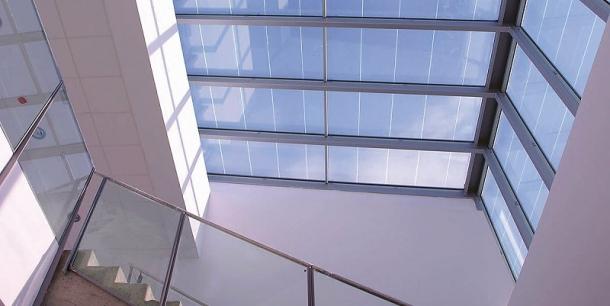Střešní okno v jedné z budov univerzity ve španělském Valladolidu. Celková roční výroba by měla být zhruba 55 tisíc kWh