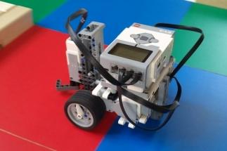 Týmy žáků sestavují robotická vozítka ze stavebnice