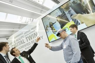 Zájemci si mohli v reálném čase za pomoci speciálních brýlí prohlédnout vnitřní soustrojí pracujícího vstřikovacího lisu a připojených periferií