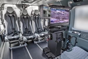 Nová generace ergonomického ovládacího panelu, instalovaného v kabině, nabízí špičkové funkce řídícího centra a chytré IT řešení