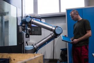 Pracovníci firmy nyní nemusejí trvale stát u obráběcího stroje