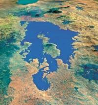 Mírně slané, přitom ovšem ryze vnitrozemské jezero leží v nadmořské výšce necelých 1 500 m v geologicky velmi aktivní oblasti africké Velké příkopové propadliny. Jeho rozloha je téměř čtyřikrát větší než rozloha Balatonu, zabírá plochu cca 2 700 km2, ale na rozdíl od zmiňovaného maďarského jezera je velmi hluboké – až 485 m.