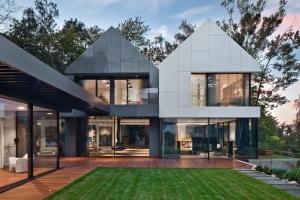 Návrh architektů studia Arch-Deco je založený na interakci prvků sedlových a plochých střech s venkovními terasami.