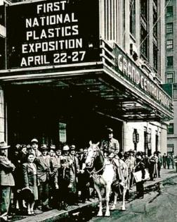Průčelí budovy Grand Central Palace v New Yorku, místa první výstavy plastů v roce 1946