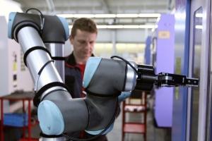 Robot pracuje s nainstalovaným elektrickým uchopovačem se dvěma prsty