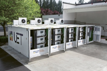 Ukázka systému z vanadových průtokových baterií firmy UniEnergy Technologies. V pěti kontejnerech jsou umístěny baterie, které poskytují maximální výkon 600 kW a celkovou kapacitu zhruba 2,2 MWh. Jejich výhodou by měla být především velmi dlouhá životnost