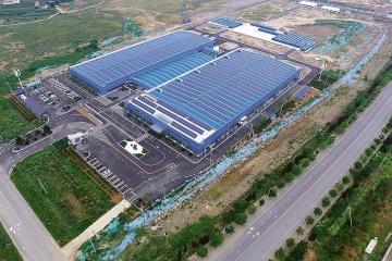 Výrobní závod společnosti Rongke Power v čínské provincii Ta-lien, stav z roku 2017. Závod není dokončen, výroba v něm se má v příštích dvou letech zvýšit zhruba o řád. Po dokončení by se tu měly vyrábět ročně baterie o celkové kapacitě cca 3 GWh