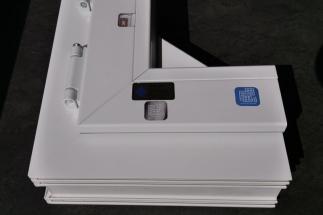 Řešení VEKA IPS se prostřednictvím čipu zabudovaném v rámu plastového okna a aplikaci pro chytré telefony stane digitálním průkazem okna