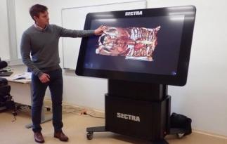 Tablet, na němž lze například provádět díky elektronickému skalpelu virtuální řezy na lidském těle