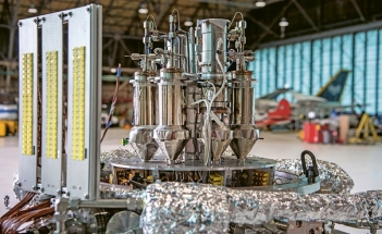 Stirlingovy motory, které obstarávají přeměnu tepelné energie reaktoru Kilopower na elektrickou. Neúplná konfigurace z testů na začátku tohoto roku
