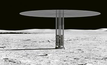 """Ilustrace předpokládaného použití reaktoru Kilopower na Měsíci. Reaktor je v kompaktním balení, """"deštník"""" nahoře je radiátor vyzařující přebytečné teplo"""