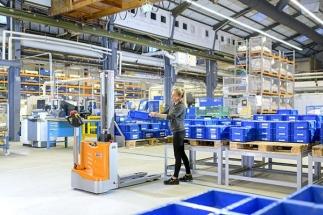 Kromě nenáročného stohování je možné konstrukční řadu ECV využívat i jako mobilní pracovní stůl