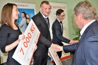 Mladíkům zdatně sekundovala jediná studentka elektro oborů na Kosince Jarmila Chmelová