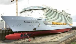 Dokončování montáže vrtulí na příďovém nástavci Symphony of the Seas v obřím suchém doku