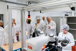 Do provozu továrny je aktivně zapojen i unikátní spolupracující robot YuMi společnosti ABB