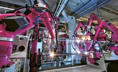 31 robotů (na svařování a manipulaci) rozmístěných v plně automatickém svařovacím systému zajišťuje, aby uvnitř závodu probíhaly dopravní a svařovací procesy spolehlivě