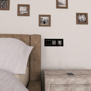 . Jednotka je schopná komunikovat s běžnými hotelovými systémy pro správu pokojů a hostů