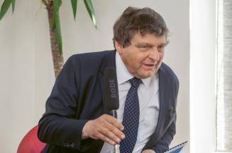 Ing. Jiří Potůček, CSc., ředitel Technologického centra pro e-Health, předseda správní rady Institutu pro podporu elektronizace zdravotnictví a současně ředitel softwarové firmy Mediware. Je autorem nebo spoluautorem 170 publikací v oboru bioinženýrství. V letech 1984–1989 působil v roli hostujícího profesora na TU Delft v Nizozemí a na California State University Chico, USA, Department of Bioengineering. V letech 1991–2005 figuroval jako ředitel, vlastník a zakladatel privátní firmy Medisoft International, spol. s r. o., vyvíjející a prodávající jeden z nejúspěšnějších informačních systémů pro lékařské praxe. Poté co byla firma Medisoft prodána, založil Technologické centrum pro e-Health pro realizaci konceptu budoucího národního e-Health řešení včetně personalizované farmakoterapie, telemedicíny a asistivních technologií.