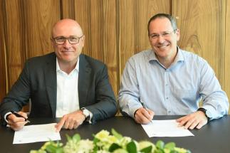 Předseda představenstva společnosti ŠKODA AUTO Bernhard Maier a generální ředitel společnosti Anagog, Ofer Tziperman, při podpisu dohody o spolupráci v Tel Avivu.