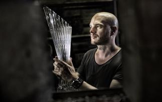 60 cm vysoké a 4 kg vážicí trofeje pro vítěze Tour de France navrhl designér ŠKODA AUTO Peter Olah a ručně je vyrobili čeští umělečtí skláři.