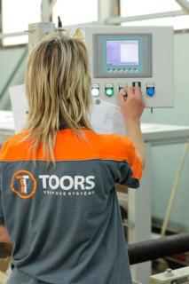 Zhruba 68 % se na obratu společnosti TOORS CZ podílejí průmyslová vrata pro výrobní, skladové a logistické provozy