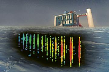 Neutrinová observatoř IceCube je umístěna v hloubkách zhruba od 1,5 do 2,5 km pod povrchem ledovce u jižního pólu. Jedinou viditelnou částí je budova známá jako IceCube Lab, do které se sbíhají údaje z pěti tisícovek světelných detektorů v ledu. Na fotomontáži je zachycena detekce události 170922A, tedy neutrina vystopovaného ke vzdálenému blazaru