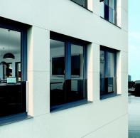 Transparentní skleněná zábrana Schüco neruší výhled ani vzhled fasády.