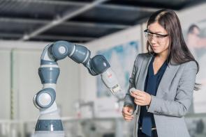 Jednoruký robot Yumi je kompaktní, lehký (váží jen 9,5 kg) a lze ho namontovat kamkoliv a jakkoliv, tedy i na strop, stůl či stěnu