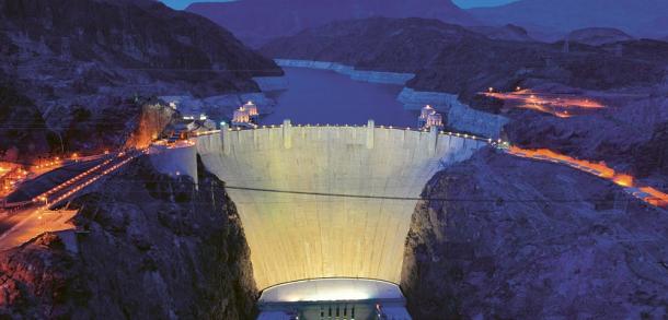 """Hráz Hooverovy přehrady z """"nového"""" mostu několik set metrů po proudu Colorada. Silnice na hrázi je dnes přístupná jen z jedné strany nejen proto, aby se hrázi ulevilo, ale i kvůli bezpečnostním obavám"""