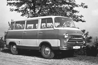 Vývoj budoucí Š 1203 odstartoval již na jaře 1956, na snímku je jeden z prototypů ročníku 1957. Za povšimnutí stojí bohaté prosklení výrazně zaoblené karoserie.