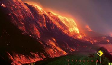 Hořící povrchový australský lom Hazelwood z roku 2014. Dává představu o tom, kolik energie se může uvolnit zapálením podzemní sloje