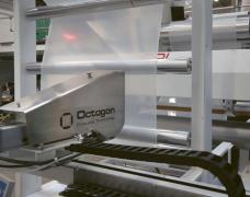 Obr. 5: IR senzor z ILT měří tloušťku vrstev fólie a automaticky reguluje výrobní proces při rychlosti pásu až 450 m/min