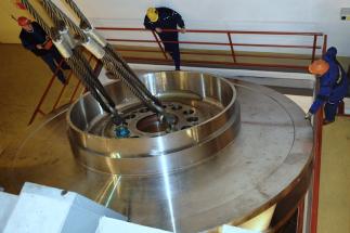 Na Dlouhých stráních dnes instalovali obří oběžné kolo, díky vyšší účinnosti může vyrobit více elektřiny