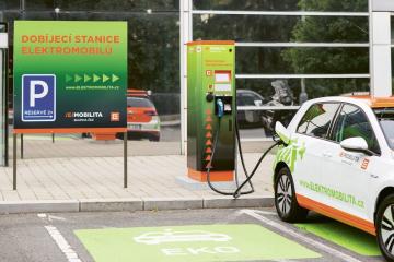 Elektromobil e-Golf doplňuje energii v rychlodobíjecí stanici ČEZ v Praze