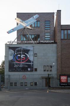 Aero L-29R Delfín na budově Národního technického muzea
