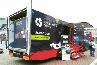 Barevnou 3D tiskárnu HP Jet Fusion si mohli návštěvníci prohlédnout ve stánku společností 3Dees Industries a DAE 3D na venkovní ploše u pavilonu P 02