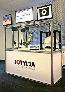 Srdcem exponátu je vlastní analytická platforma LO TYLDA , která zpracovává podměty ze senzorů od strojů (robot, vrtačka) a vyhodnocuje je pomocí umělé neuronové sítě, do které vstupují i expertní znalosti.