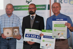 Vítězové v soutěži měst - zástupci města Polná a tatínek holčičky Adélky, pro kterou je určena hlavní finanční odměna