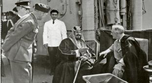 Saúdskoarabský král Abdul al-Azíz na setkání s Theodorem Rooseveltem na palubě bitevního křižníku Quincy v únoru 1945. Roosevelt se za ním vydal cestou z jaltské konference /Foto: Kuwait Oil Company/