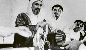 Odesílání první zásilky ropy z Kuvajtu v roce 1946. Ze stejné události v Saúdské Arábii se fotografie nezachovala /Foto: Kuwait Oil Company/