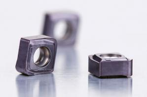 Oboustranné břitové destičky CNHX05 mají až čtyři řezné hrany