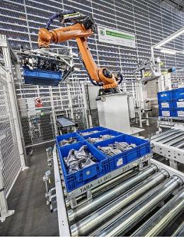 Menší díly naskladňují roboty a přepravují je ze skladu přímo na montážní linky.
