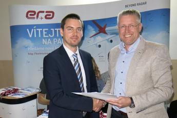 Smlouvy o spolupráci ve vzdělávání a pro oblast výzkumu a vývoje podepsali děkan Fakulty dopravní ČVUT Pavel Hrubeš a generální ředitel ERA Viktor Sotona (vlevo)
