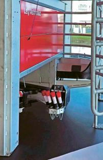 Dojicí robot Astronaut A5 se skládá z dojicího boxu, ve kterém kráva dostává i na míru připravenou krmnou dávku, a robotického ramene, které ji dojí