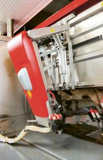 Dojicí rameno robotu obsahuje hybridní systém sestávající z elektrických a pneumatických komponent se softwarem pro ovládání pohybu od společnosti Festo