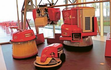 Do výrobního portfolia společnosti Lely patří i automatizované krmicí stanice Vector a vozítka na sběr hnoje či obracení píce