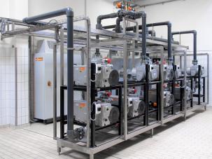 Centrální vakuový systém Busch pro zásobování několika balicích strojů u výrobce potravin. V tomto případě centralizace dodávky vakua vedla k roční úspoře energie 100 000 kWh.